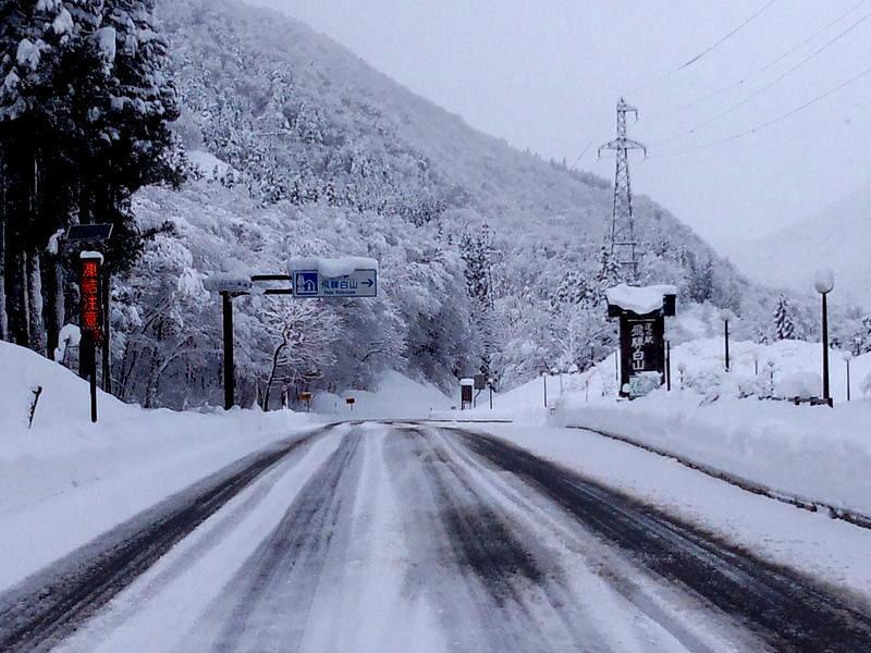 寒い冬こそ、雪国の温泉へ!雪見をしながらの露天風呂はまさしく日本の冬、最高の 贅沢  ①