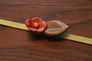 12月:木彫りで椿の帯留め