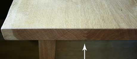テーブルの木口を見る