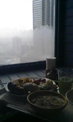 雨に煙る窓と朝ごはん