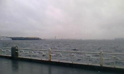 荒れ狂う海と大桟橋