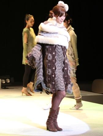 ショールをまとった時の姿です。ムートンとのコラボも、なかなか編み地に苦しみました。