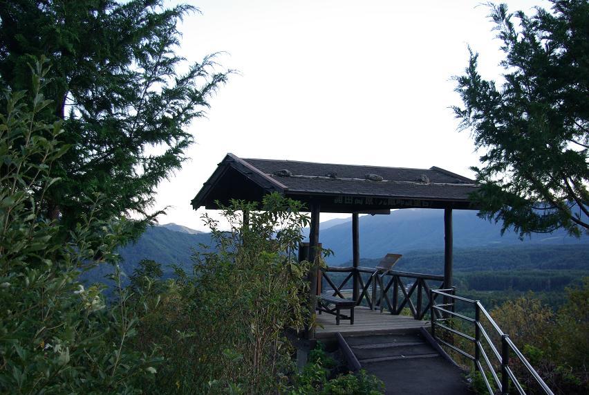 九蔵峠展望台石置き屋根