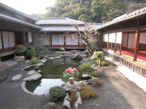 御殿の中庭