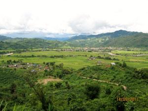(1)ウー・タイの町の全景(中央にウー川が流れている)