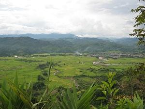 (2)ウー・タイの町の全景1(中央にウー川が流れている)