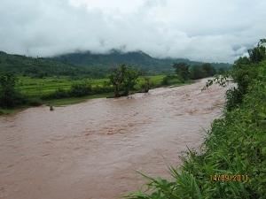 (3)ウー・タイの町の田園地帯を流れるウー川