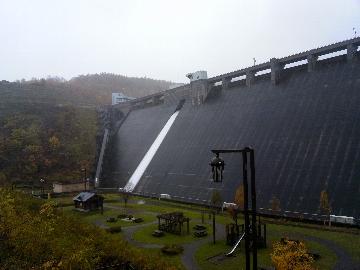 朝里ダム、絶賛放水中。