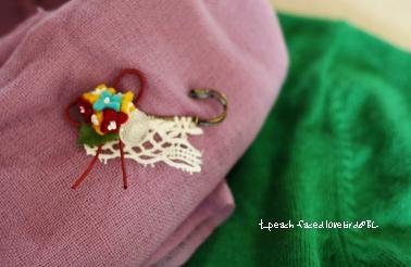 ④フェルトの小花ブローチ (1)