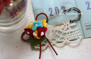 ④フェルトの小花ブローチ
