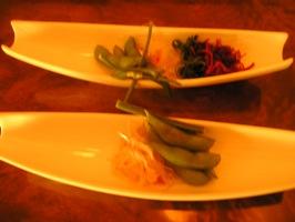手前が日替わりランチ、奥が特大海老フライランチの前菜