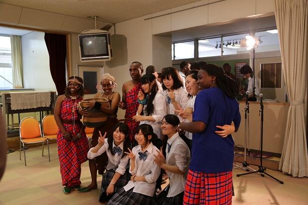 ナイロビ大学の学生たちと記念撮影