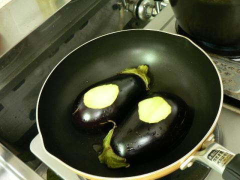 焼き茄子調理中