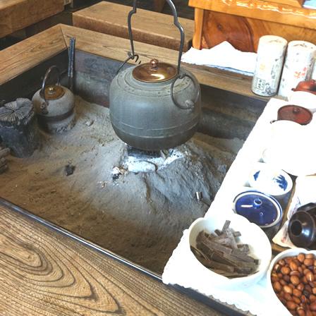 舞妓の茶本舗店内にある囲炉裏