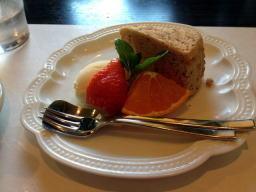 シフォンケーキとフルーツ盛り合わせ