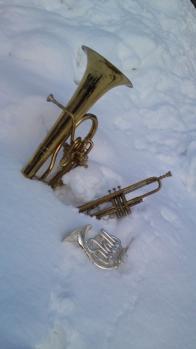 雪に埋もれた楽器たち