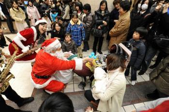 ヨコハマスカイクリスマスアンジェーロ_サンタさんから風船のプレゼント