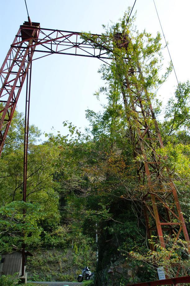 古びた鉄骨の橋