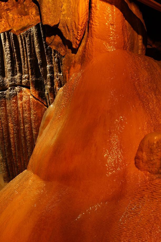 石の表面を水が流れる水衣