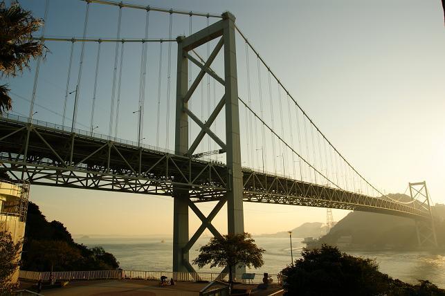 朝日に照らされる関門橋