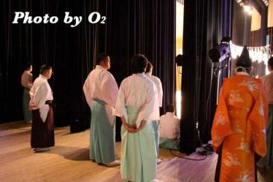 舞台袖で見る人達