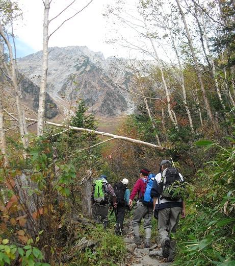 13 岳沢の登山道を登る