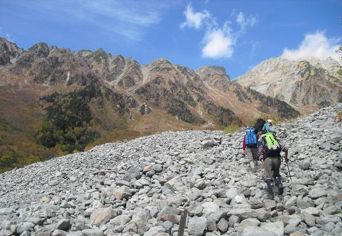 12a 岳沢のガレ場を登る