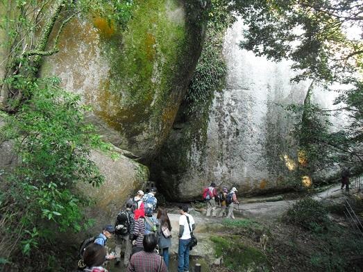 14 境内・巨岩の間巡る