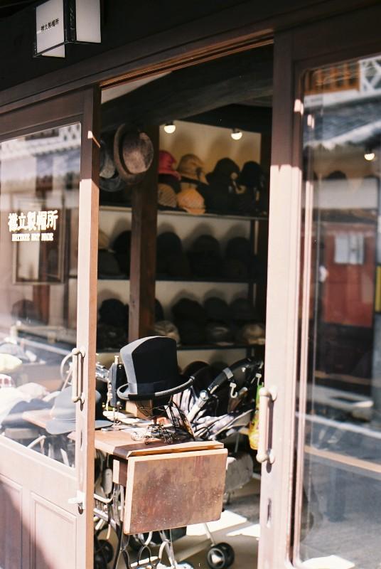 帽子屋さんの店先にて