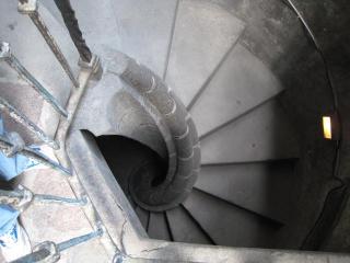 急な螺旋階段