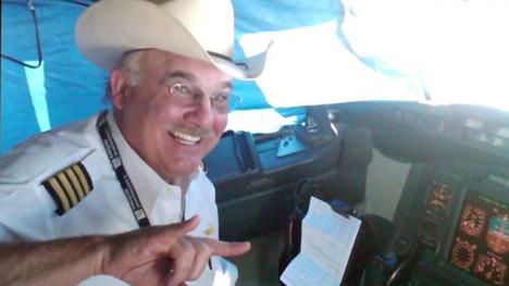 ユナイテッド航空の63歳の機長がフライト中に心臓発作で死亡