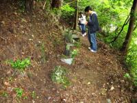 10.8.10 粗末な墓石に合掌1