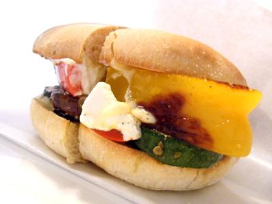 『NEWBURY CAFE(ニューベリー カフェ)』の野菜とリコッタチーズのサンド