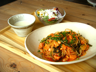 『はらの台所 マメゾン』のサーモンと山菜のパスタ