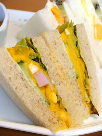 『京橋千疋屋』のカレーとサンドイッチ