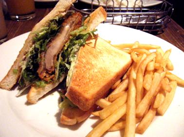 『GONO burger & grill(ゴーノ バーガー&グリル)』のチキンカツサンド