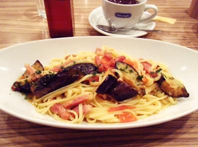 『ヒラタパスタ』の揚げナスとベーコンと完熟トマトのペペロンチーノ