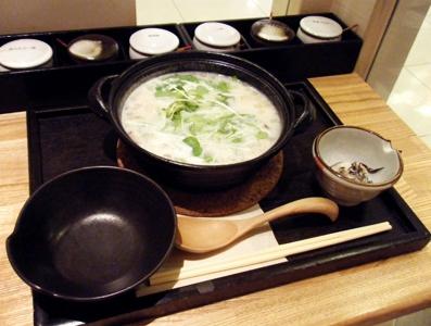 『茶鍋カフェ』の白湯つくねのコラーゲン茶鍋