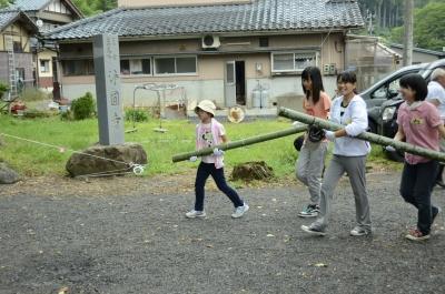 竹を運んで
