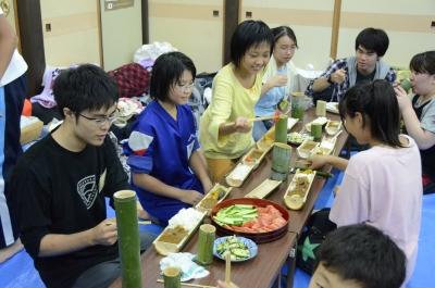 昼間つくった竹の食器で味わいます