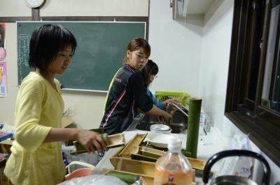 つくったお皿は自分たちで洗います