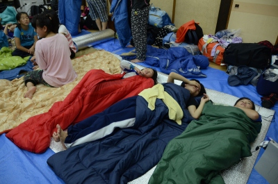 集落センターでみんなで寝袋