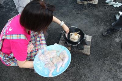 下ごしらえした若鶏もダッチオーブンへ