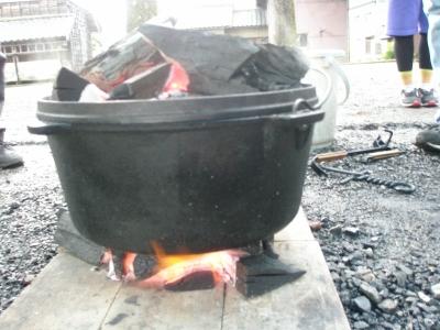 そしてダッチオーブンを火の中へ