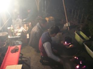 ダッチオーブンの火をおこすメンバー