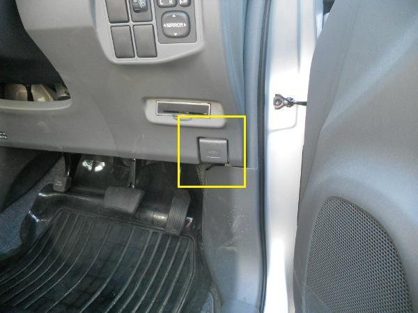 ボンネットを運転席で開けるレバー位置