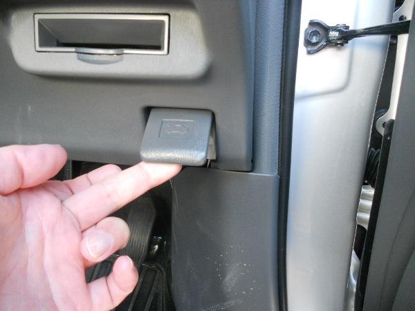 ボンネットを運転席で開けるレバーを引く