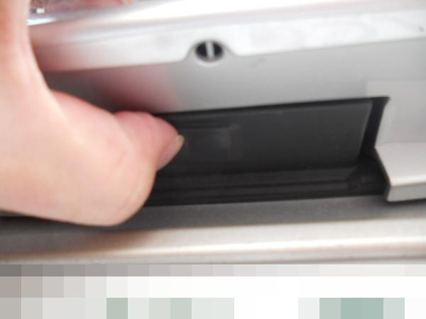 トランクを開けるボタンを押す