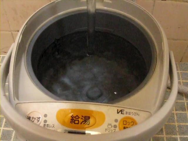 電気ポット、クエン酸で綺麗に洗浄する方法!規定のライン迄、水を入れる