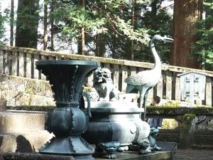 鋳抜門の先の鶴